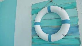 Życia boja na na pokładzie go wiesza na błękit ścianie zdjęcie wideo
