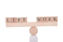 Życia i pracy bloki balansuje na seesaw Zdjęcia Stock