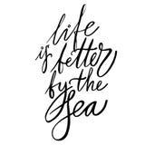 Życie jest lepszy morzem - wręcza literowanie projekt dla plakatów, koszulki, karty, zaproszenia, majchery, sztandary 10 eps ilustracji