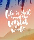 Życie jest skrótem i świat jest szeroki Inspiracyjny wycena plakat o podróży Wektoru krajobraz z górami, drzewo ilustracji
