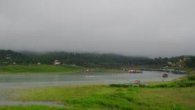 Życie na brzeg rzeki w mglistych górach w ranku Zdjęcie Stock