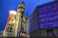 Życie nocne i Kaiser Wilhelm Pamiątkowy kościół w Berlin, Niemcy Obrazy Stock
