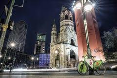 Życie nocne i Kaiser Wilhelm Pamiątkowy kościół w Berlin, Niemcy Zdjęcie Royalty Free