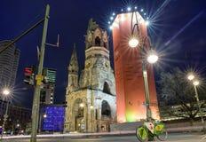 Życie nocne i Kaiser Wilhelm Pamiątkowy kościół w Berlin, Niemcy Fotografia Royalty Free