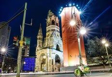 Życie nocne i Kaiser Wilhelm Pamiątkowy kościół w Berlin, Niemcy Zdjęcia Royalty Free