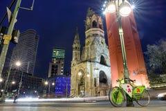 Życie nocne i Kaiser Wilhelm Pamiątkowy kościół w Berlin, Niemcy Obraz Royalty Free