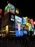 Życie nocne z neonowymi światłami i sklepem podpisuje przy Dotonbori okręgiem w Osaka fotografia royalty free