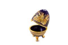 Szkatuła w postaci Wielkanocnego jajka z ornamentem. Fotografia Stock