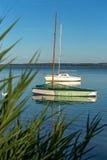 Życie z łodziami przy zmierzchu światłem na jeziornym Balaton w hun Zdjęcie Royalty Free