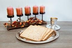Życie z wina i matzoh passover żydowskim chlebem obraz royalty free