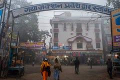 Ycle ricshow och sida för automatiskricksha ut av den Gaya Junction järnvägsstationen arkivbild