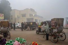 Ycle ricshow och sida för automatiskricksha ut av den Gaya Junction järnvägsstationen royaltyfri bild