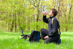 Сyclist quenches the thirst of drinking water Royalty Free Stock Photography