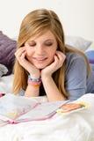 Życzliwa dziewczyna fantasizing nad jej dzienniczkiem Zdjęcie Stock