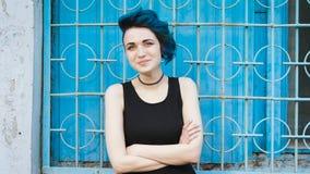 Życzliwa dziewczyna z ekstrawaganckimi spojrzeniami Dziewczyna z mody fryzurą zbiory wideo