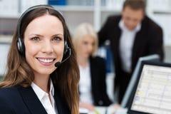Życzliwy atrakcyjny młody centrum telefoniczne operator Zdjęcia Royalty Free