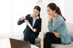 Życzliwy biznesowy pracownik kobiety mienia dokument Obraz Royalty Free