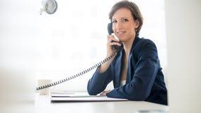 Życzliwy bizneswoman opowiada na telefonie Fotografia Royalty Free