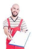 Życzliwy mechanik lub hydraulik daje papierom znak na schowku Obraz Stock