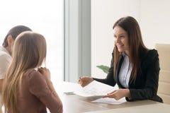 Życzliwy pośrednik handlu nieruchomościami daje konsultaci rodzinna para o buyi Fotografia Royalty Free