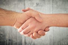 Życzliwy uścisk dłoni. Mężczyzna i kobiety chwiania ręki. Fotografia Royalty Free