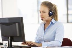 Życzliwy Usługowy agent Opowiada klient W centrum telefonicznym Obrazy Royalty Free