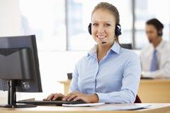 Życzliwy Usługowy agent Opowiada klient W centrum telefonicznym Zdjęcia Royalty Free