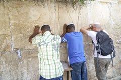 Żyd ono modli się przed Wy ścianą w Izrael Zdjęcia Royalty Free