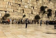 Żydowscy czciciele modlą się przy Wy ścianą znacząco żydowskiego religijnego miejsce Zdjęcie Royalty Free
