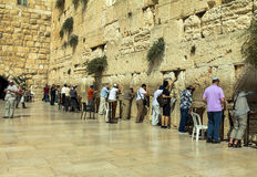 Żydowscy czciciele modlą się przy Wy ścianą znacząco żydowskiego religijnego miejsce Obrazy Royalty Free