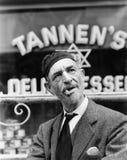 Żydowska mężczyzna pozycja przed witryną sklepową (Wszystkie persons przedstawiający no są długiego utrzymania i żadny nieruchomo Fotografia Royalty Free