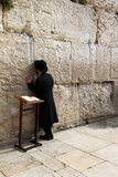 Żydowski czciciel modli się przy Wy ścianą znacząco żydowskiego religijnego miejsce w Jerozolima, Izrael. Zdjęcie Stock