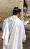 Żydowski czciciel modli się przy Wy ścianą znacząco żydowskiego religijnego miejsce w Jerozolima, Izrael. Obraz Stock