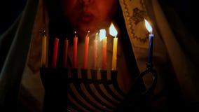 Żydowski Wakacyjny Hanukkah menorah tło z mężczyzna tłem