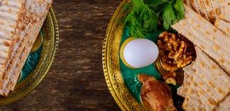?ydowski wakacyjny passover matzot z seder na talerzu na stole zamkni?tym w g obraz stock