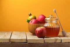 Żydowski wakacyjny Rosh Hashana świętowanie z miodowym słojem i jabłkami (nowy rok) Zdjęcia Stock
