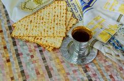 Żydowskiego tradycyjnego Passover niekwaszony chleb i wino filiżanka z tekstem tradycyjny wina błogosławieństwo fotografia royalty free