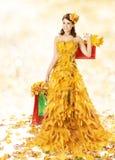 Женщина покупок счастливая в платье моды осени Ye Стоковые Фотографии RF