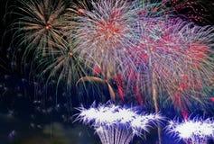 Year& novo x27; exposição dos fogos-de-artifício de s na noite Foto de Stock Royalty Free