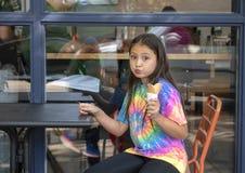 Yearold Amerasian flicka för tio som tycker om en glasskotte, Seattle, Washington royaltyfria bilder