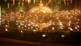 Yee-Peng festival i templet, Chiangmai, Thailand lager videofilmer