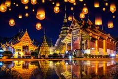 Yee Peng festiwal i niebo lampiony przy Wata Phra Singh świątynią przy nocą w Chiang mai, Tajlandia fotografia royalty free