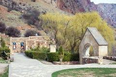Yeghegnadzor, Armenia - 16 de marzo de 2018: Monasterio escénico de Novarank en Armenia Fue fundado en 1205 Está situado 122 kiló foto de archivo