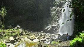 Yeh Mampeh Waterfall in Bali del nord Indonesia archivi video