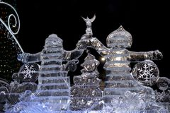 Yekaterinburg, Ρωσίας - 15.2017 Ιανουαρίου: Άγιος Βασίλης και κορίτσι χιονιού φιαγμένοι από πάγο στο τετράγωνο του 1905 στοκ εικόνες