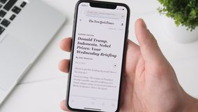 Yekaterinburg, Ρωσία - 3 Οκτωβρίου 2018: Άτομο που ψάχνει τις ειδήσεις για το Ντόναλντ Τραμπ στο iPhone Χ smartphone, που κοιτάζε απόθεμα βίντεο