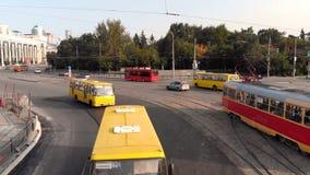 Yekaterinburg, Ρωσία - τον Ιούνιο του 2018: Αστική μεταφορά απόθεμα Σύγχρονη μητρόπολη με τη διατομή της κυκλοφορίας στοκ εικόνες