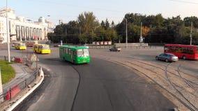 Yekaterinburg, Ρωσία - τον Ιούνιο του 2018: Αστική μεταφορά απόθεμα Σύγχρονη μητρόπολη με τη διατομή της κυκλοφορίας στοκ εικόνα