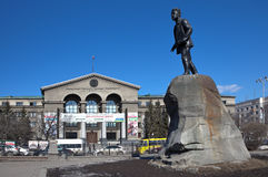 YEKATERINBURG, ΡΩΣΙΑ - 19 ΜΑΡΤΊΟΥ 2015: Φωτογραφία του πανεπιστημίου Ural, και ένα μνημείο σε Yakov Sverdlov Στοκ Εικόνες