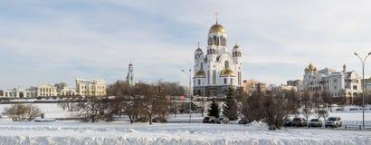 Yekaterinburg cityscape till det Rastorguevs huset och domkyrkan i vinter Royaltyfri Foto